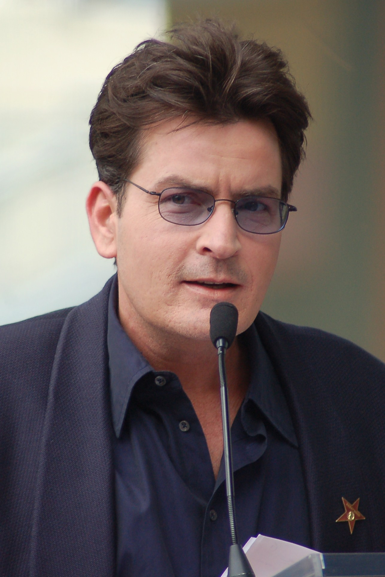 "Charlie Sheen - Exemplu clasic de ""bad boy"""